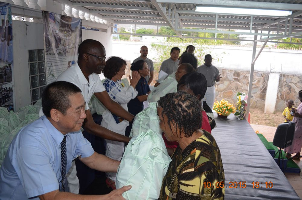 Tzu Chi spreads love at triple celebration-Donates relief items to 100 families